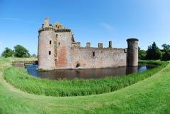 Caerlaverock城堡侧视图  免版税图库摄影