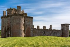 Caerlaverock城堡的西边在蓝天,苏格兰英国下 免版税库存照片