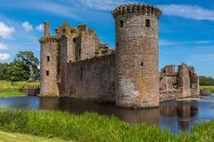 Caerlaverock城堡的西部和南侧在蓝天, Scotl下 库存图片