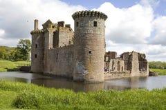 caerlaverock slott omgav med vallgrav scotland Arkivfoton
