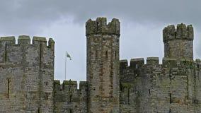Caernarfon塔在雨中防御,经常英国化当Carnarvon城堡,是中世纪堡垒在Caernarfon 股票视频