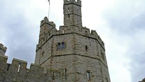 Caernarfon塔在雨中防御,经常英国化当Carnarvon城堡,是中世纪堡垒在Caernarfon 影视素材