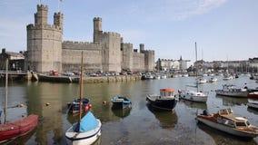Caernarfon Gales norte Reino Unido no verão com bandeja dos barcos filme