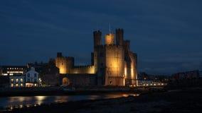 Caernarfon-Schloss ein Nacht lizenzfreies stockfoto