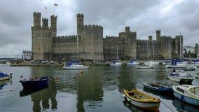 Caernarfon slott ?ver hamnen, Wales, UK royaltyfri foto