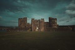 Caerphilley slott med molnig himmel royaltyfria bilder