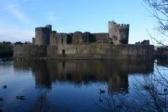 Caerpilly slott och vallgrav Royaltyfria Bilder