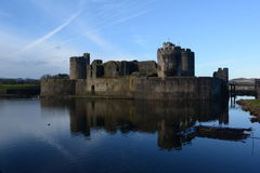 Caerpilly slott och vallgrav Royaltyfri Bild