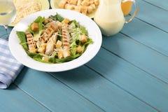 Caesar πίνακας πικ-νίκ σαλάτας θερινού κοτόπουλου Στοκ Εικόνα