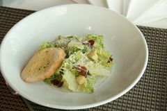 Caesar σαλάτα πιάτων με croutons εύγευστα Στοκ εικόνες με δικαίωμα ελεύθερης χρήσης