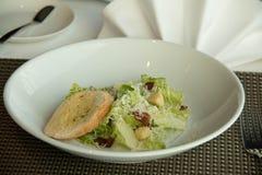 Caesar σαλάτα πιάτων με croutons εύγευστα Στοκ Φωτογραφίες