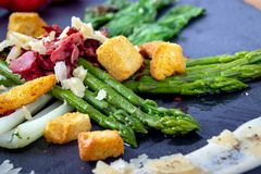 Caesar asparagus z parmesan dymił mięso i crouton obrazy royalty free