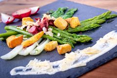 Caesar asparagus z parmesan dymił mięso i crouton zdjęcie stock