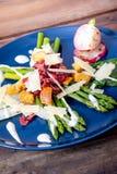 Caesar asparagus z parmesan dymił mięso i crouton fotografia stock