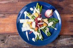 Caesar asparagus z parmesan dymił mięso i crouton zdjęcie royalty free