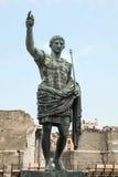Caesar Augustus, alte Statue Schöne alte Fenster in Rom (Italien) Lizenzfreie Stockfotografie