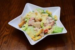 caesar feg sallad Bunke av Caesar Salad på trätabellen Var mat talar i din platta royaltyfri fotografi