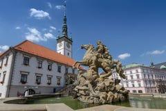 Caesar Fountain y ayuntamiento en Olomouc, República Checa de Moravia fotos de archivo libres de regalías