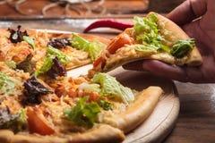 Caesar Pizza Auf Unordentlichem Hölzernem Hintergrund Stockfoto