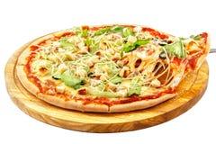 Caesar Pizza mozzarellaost, Caesar sås, isberggrönsallat, parmesan arkivfoton
