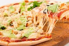 Caesar Pizza mozzarellaost, Caesar sås, isberggrönsallat, parmesan royaltyfria bilder