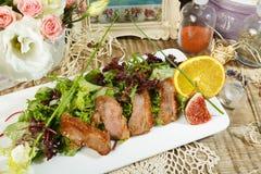 Caesar sałatka Wyśmienicie sałatka z croutons piec na grillu kurczak pierś, ucierający parmesan ser i Cos sałata z kumberlandem w obrazy royalty free