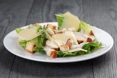 Caesar sałatka z kurczakiem na dębowym stole Fotografia Stock