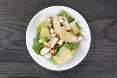 Caesar sałatka z kurczakiem na dębowym stole Obrazy Stock