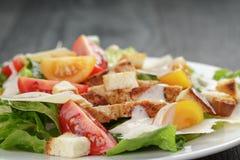 Caesar sałatka z kurczakiem na dębowym stole Zdjęcie Stock