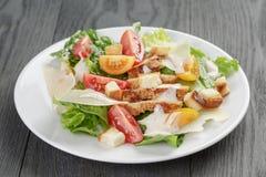 Caesar sałatka z kurczakiem na dębowym stole Obraz Royalty Free