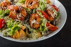 Caesar Salad avec le parmesan du Roi Prawns, de Cherry Tomatoes et de fromage image stock