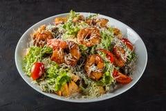 Caesar Salad avec le parmesan du Roi Prawns, de Cherry Tomatoes et de fromage images stock