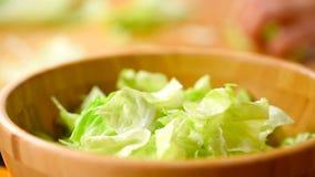 Caesar Salad In Bowl preparante domestico archivi video
