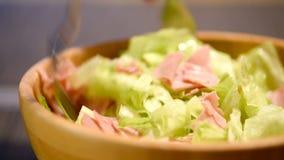Caesar Salad In Bowl preparante domestico stock footage