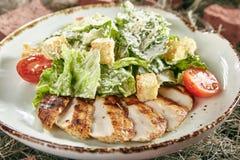 Caesar Salad con el prendedero cortado del pollo en Hay Background rústico fotos de archivo libres de regalías