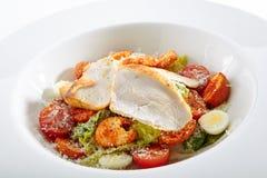 Caesar Salad con un pollo curruscante imagenes de archivo