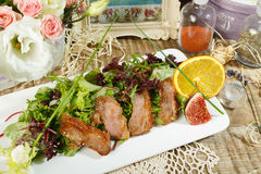 Caesar Salad Insalata deliziosa con i crostini, petto di pollo arrostito, parmigiano grattato e lattuga romana, con salsa nel gra immagini stock libere da diritti