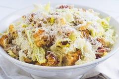 Caesar Salad mit auf weißer Platte Stockfotos