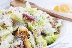 Caesar Salad mit auf weißer Platte Lizenzfreies Stockbild