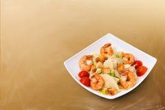 Caesar Salad mit Meeresfrüchten - Garnele, Garnelen Stockbild
