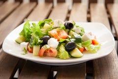 Caesar Salad på en vit platta Arkivfoton