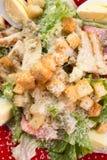 Caesar Salad på trätabellen arkivfoto