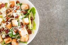 Caesar Salad sur la table photos stock