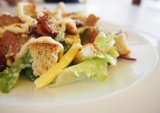 Caesar-Salat auf dem Tisch Lizenzfreie Stockfotografie
