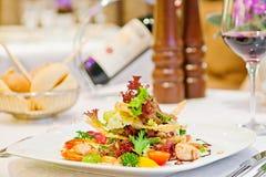 Caesar-Salat auf der Tabelle in einem Rest Stockfotografie