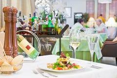 Caesar-Salat auf der Tabelle in einer Gaststätte Lizenzfreie Stockbilder