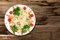 Caesar-Salat auf einem Holztisch Lizenzfreie Stockfotografie