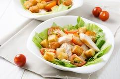Caesar-Salat auf Platten- und Kirschtomaten stockfotografie