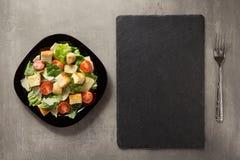 Caesar-Salat in der Platte bei Tisch Lizenzfreie Stockbilder