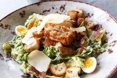 Caesar-Salat in einer Ronde Stockfotografie